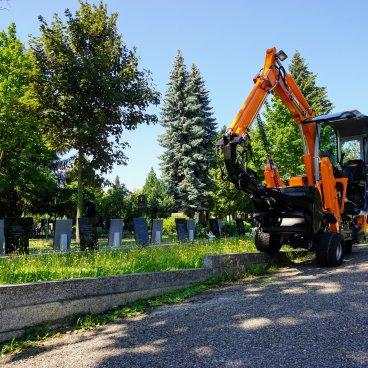První hřbitovní bagr u nás předán v Brně
