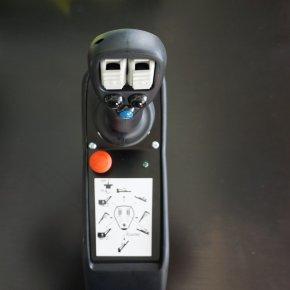 Standardní ovládání pákami nebo joystickem