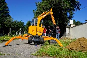 První hřbitovní bagr v ČR - urychlí a zjednoduší práci