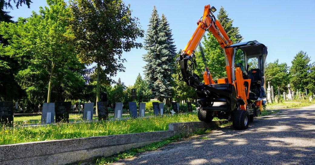 První hřbitovní bagr v ČR